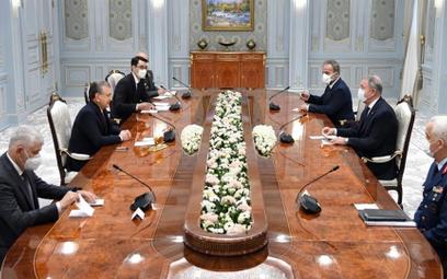 Spotkanie ministra obrony Turcji Hulusiego Akara z prezydentem Uzbekistanu Szawkatem Mirzijojewem