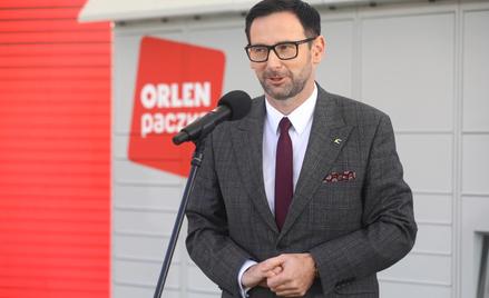 """Prezes PKN Orlen Daniel Obajtek na konferencji prasowej dotyczącej rozwoju sieci """"Orlen Paczka"""""""
