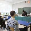 Uczniowie w klasie przed egzaminem