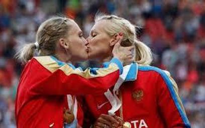 Pocałunek na podium: przyjaźń, nie poparcie dla gejów
