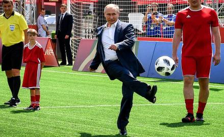 Prezydent Rosji Władimir Putin wziął symboliczny udział w pokazowym meczu rozegranym na Placu Czerwo
