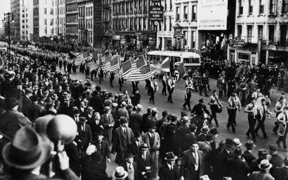 Przemarsz bundowców ulicami Nowego Jorku na wiec, który odbył się w Madison Square Garden 20 lutego