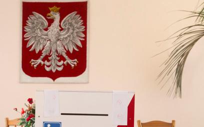 Warszawa: Ze ściany spadło godło. Raniło wyborcę