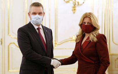 Dymisja rządu na Słowacji - w maseczkach i rękawiczkach