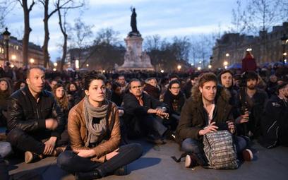 """Ruch protestu """"nuit debout"""" rozpoczął się 31 marca na placu Republiki w Paryżu. I wciąż trwa."""