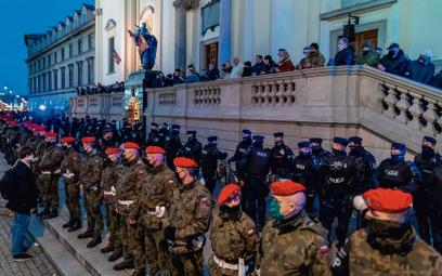 Żandarmeria przed kościołem św. Krzyża w Warszawie, 30 października
