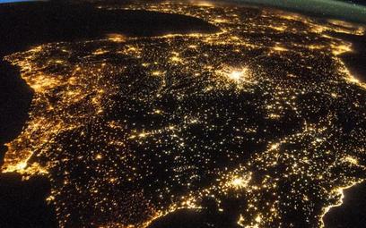 Podpis człowieka – oświetlenie miast. Półwysep Iberyjski w nocy widziany z kosmosu
