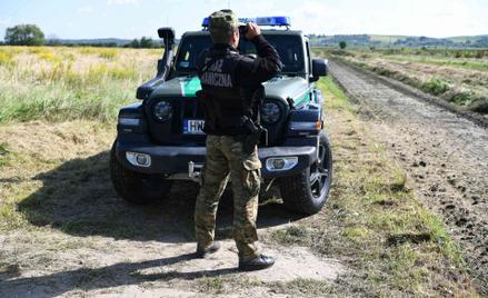 Funkcjonariusz Straży Granicznej na granicy z Białorusią