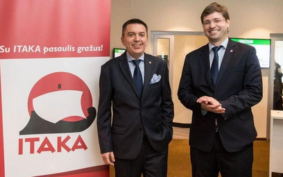 Z dziennikarzami i agentami spotkali się wiceprezes Itaki Piotr Henicz (z lewej) i dyrektor Itaka Li