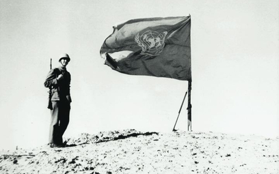 Żołnierz sił rozjemczych przy fladze ONZ na wzgórzu pod Szarm asz-Szajch, 1957 r.