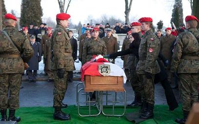 Więcej na pogrzeb żołnierza