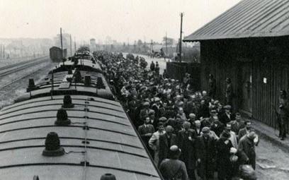 Więźniowie wsiadają do pociągu wiozącego ich do Auschwitz