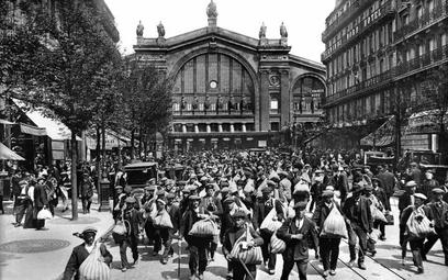 Zmobilizowani Francuzi przybywają z prowincji do Paryża, lato 1914 r.
