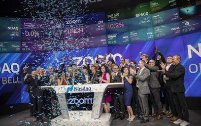 Eric Yuan, założyciel i prezes Zoom Video Communications, wraz z menedżerami podczas ubiegłorocznego