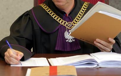 Sędzia na sali rozpraw - zbiór dobrych praktyk stowarzyszenia Themis