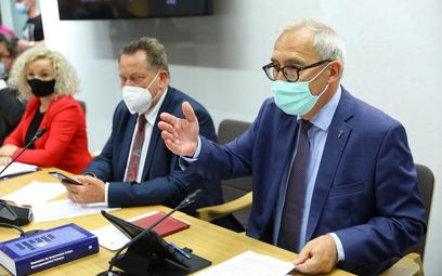 Przewodniczący komisji Kazimierz Smoliński podczas posiedzenia sejmowej komisji regulaminowej, spraw