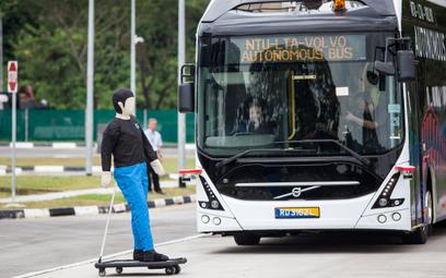 Autonomiczny autobus Volvo testowany w Singapurze pod kątem bezpieczeństwa pieszych i osób korzystaj