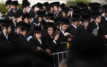 Dzieci ortodoksyjnych Żydów w czasie modlitwy