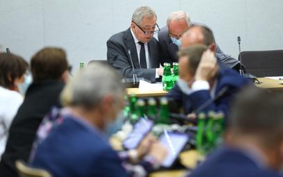 W centrum poseł Henryk Kowalczyk, przewodniczący Komisji Finansów