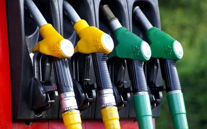 Sprawdzamy jakie opłaty i podatki są w litrze paliwa?