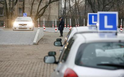 Kursanci szkoleń na prawo jazdy muszą jeździć po ulicach miast