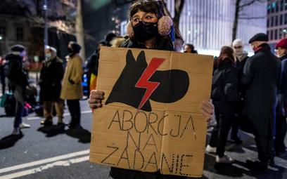 Protesty w całej Polsce. Strajk Kobiet: Klementyna Suchanow zatrzymana