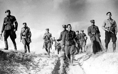 """Sztab 5 Brygady AK na Wileńszczyźnie. Pierwszy od lewej: Zygmunt Szendzielarz """"Łupaszka"""", dowódca br"""