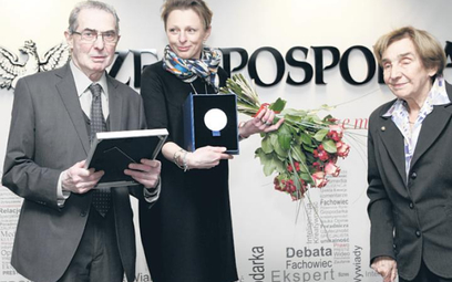 """Nagrodę prof. Karolowi Modzelewskiemu (z lewej) w redakcji """"Rzeczpospolitej"""" wręczyły prof. Teresa R"""