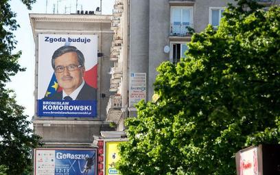 Kilkukrotnie większy od billboardu plakat w centrum Warszawy