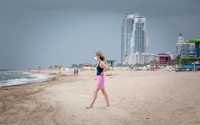 Pusta plaża w zatłoczonym Miami