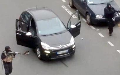 Terroryści islamscy, bracia Kouachi, z kałasznikowami pod redakcją Charlie Hebdo w Paryżu 7 stycznia