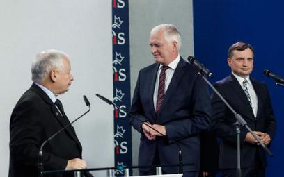 Jarosław Kaczyński z Jarosławem Gowinem i Zbigniewem Ziobro nie zgadzają się w coraz większej liczbi