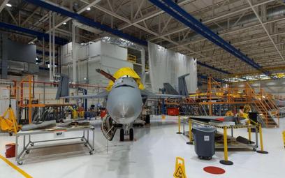 Pierwszy Super Hornet, który przeszedł przegląd połączony z przedłużeniem resursu w zakładach Boeing