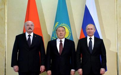 Prezydent Kazachstanu Nursułtan Nazarbajew (w środku) w towarzystwie pezydentów Białorusi i Rosji