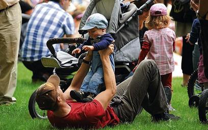 Ojcowie często pragną mieć więcej czasu dla rodziny, ale nie chcą pogarszać jej warunków życia – mów