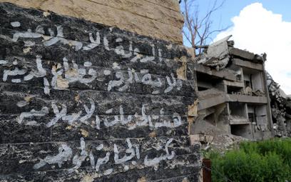 Zniszczony budynek w Rakce w Syrii, byłej stolicy samozwańczego Państwa Islamskiego