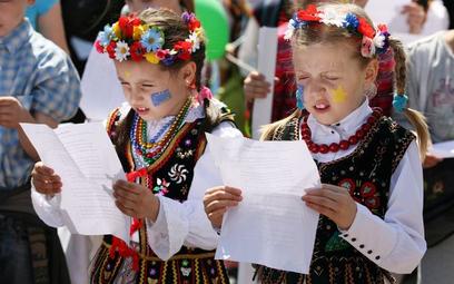 Jak śpiewać hymn Polski z szacunkiem i bez błędów - poradnik MSWiA