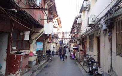 Uliczka w centrum w Szanghaju w sąsiedztwie ogrodu Yuyuan.