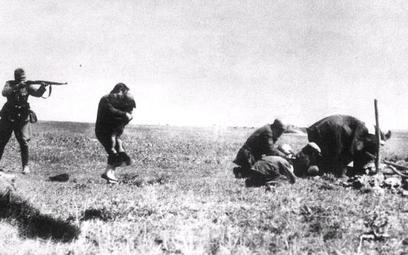 Członkowie Einsatzgruppen C rozstrzeliwują kijowskich Żydów wpobliżu Iwanogrodu. Wtych egzekucjach