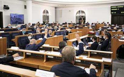 """Siedmiu senatorów PiS przeciw """"Piątce Kaczyńskiego"""". Fogiel: Będziemy podejmować decyzje"""