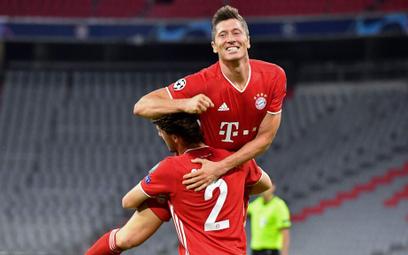 Robert Lewandowski na ramionach Adriano Odriozoli po zdobyciu czwartej bramki dla Bayernu w meczu z
