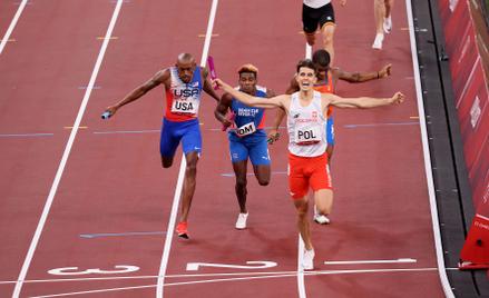 Kajetan Duszyński na mecie biegu finałowego 4x400 m sztafet mieszanych. Było to pierwsze złoto Polak