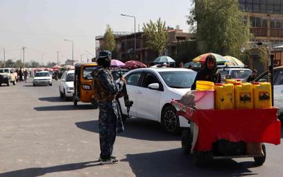 Uzbrojony talib na ulicy w Kabulu