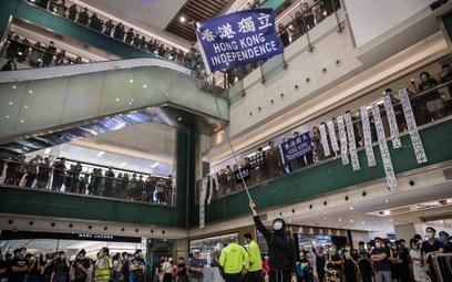 Demonstranci protestujący w galerii handlowej New Town Plaza w Hongkongu