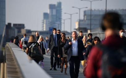 Mieszkańcy stolicy Wielkiej Brytanii na moście w Londynie