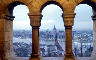Architektura kompleksu Baszty Rybackiej przypomina scenorafię do filmów gothic. Niżej we mgle sylwet