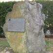 Pamiątkowy głaz w miejscu byłych obozów hitlerowskich w Szebniach