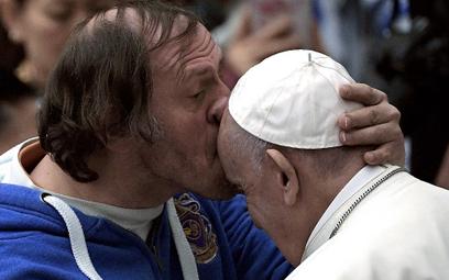 Papież czule pocałowany w czoło przez wiernego