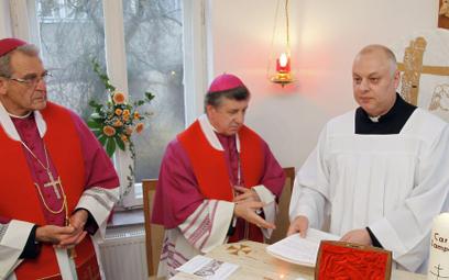 Ks. Andrzej Dymer (z prawej) od 2010 r. był dyrektorem Instytutu Medycznego im. Jana Pawła II w Szcz