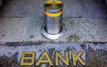 Ryzykowne aktywa wciąż ciążą bankom